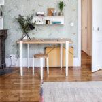 Bureau avec tabouret LOU TIPTOE en chêne massif et pieds blanc en guise de siège