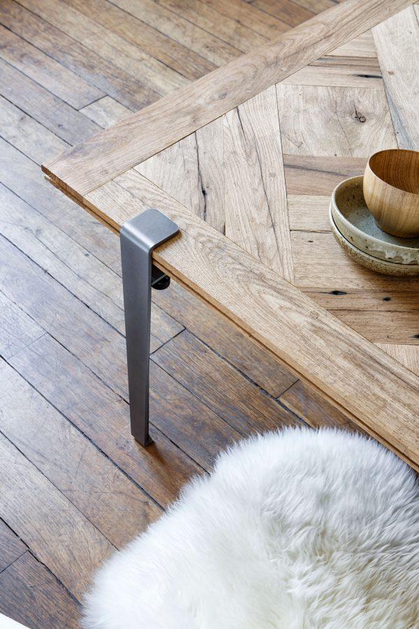 Détail table basse TIPTOE en bois massif et pieds 43cm en acier brut