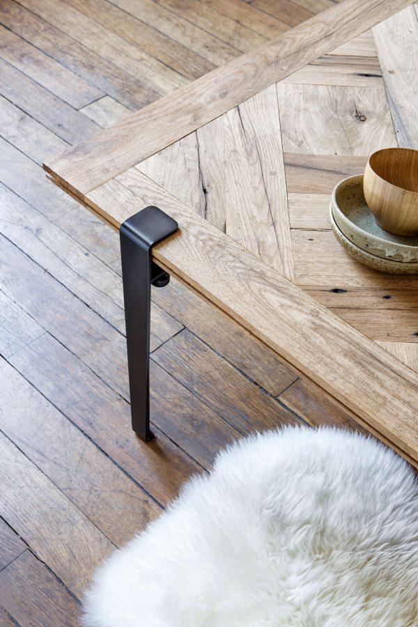Détail table basse TIPTOE en bois massif et pieds 43cm en acier patiné