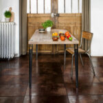 Table à manger TIPTOE en vieux bois chêne 150x75cm et pieds 75cm en acier patiné