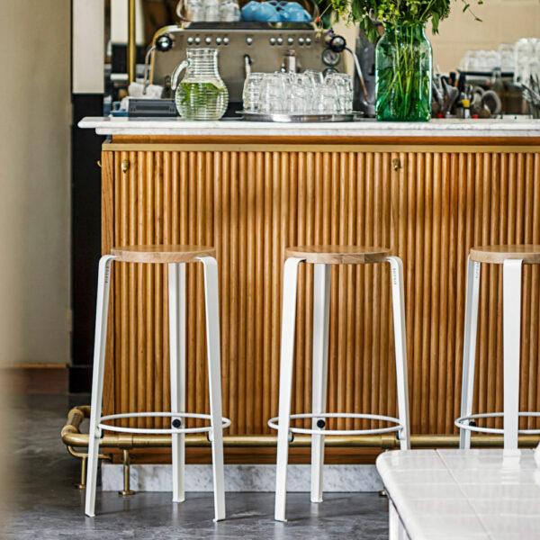 Tabouret de bar en chêne et acier blanc TIPTOE