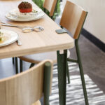 Chaise en bois et en acier coloré pour table à manger TIPTOE