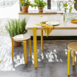 Table à manger TIPTOE en chêne et pieds en acier jaune