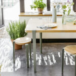 Table à manger en bois avec pieds en métal gris TIPTOE