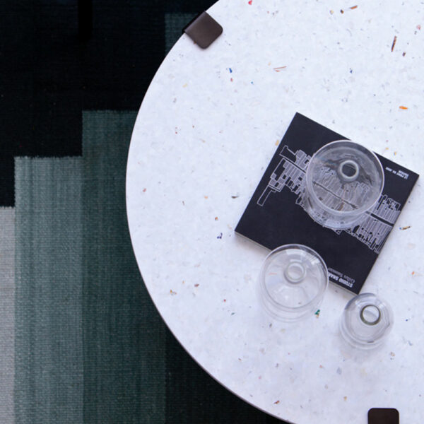 Table basse en plastique recyclé blanc et coloré TIPTOE