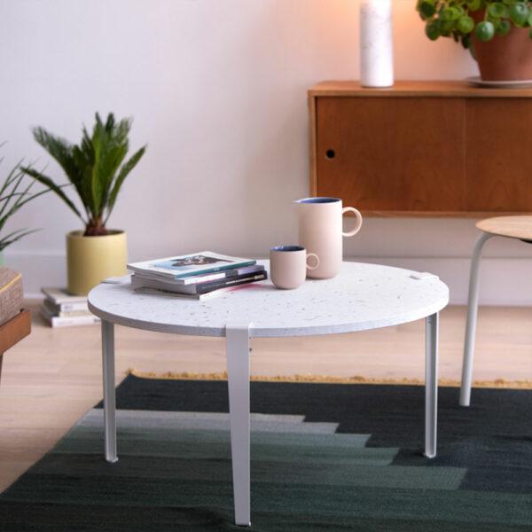 Table basse en plastique recyclé avec pieds en acier TIPTOE