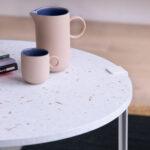 Table basse en plastique recyclé blanc avec reflets colorés TIPTOE