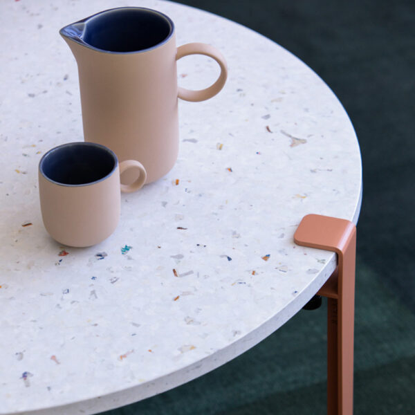 Table basse en plastique recyclé blanc et coloré avec pieds de table en acier TIPTOE