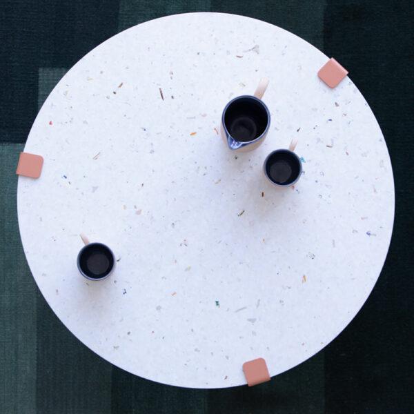 Table basse en plastique recyclé TIPTOE avec pieds de table en acier coloré