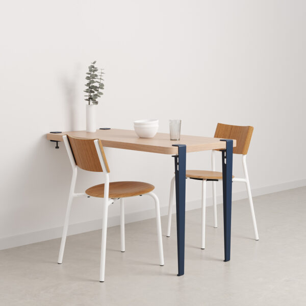 table murale avec chaises blanches