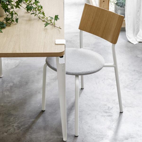 chaise tissu blanc et bureau plateau bois